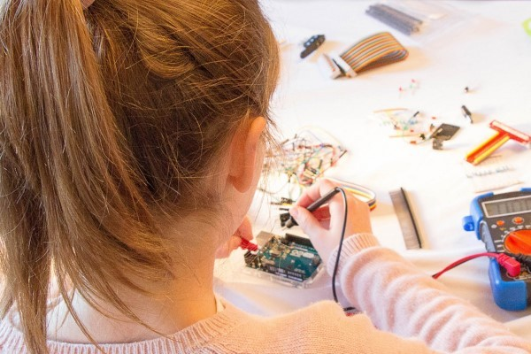 jeune fille qui utilise le kit Arduino