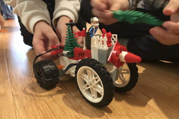 Ateliers créatifs de robotique à Paris: Le robot Bertille, fait en Lego®, est prêt à démarrer!