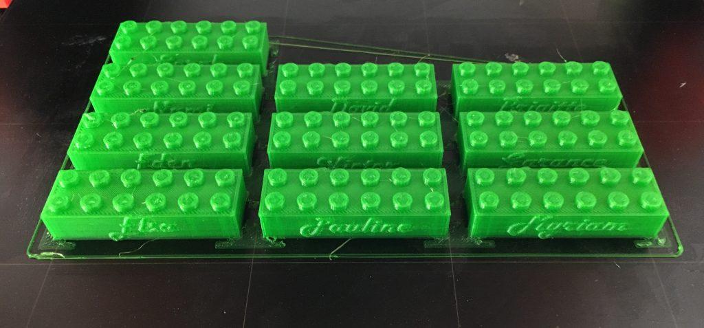 Des briques compatibles Lego personnalisées avec les noms des participants à l'atelier