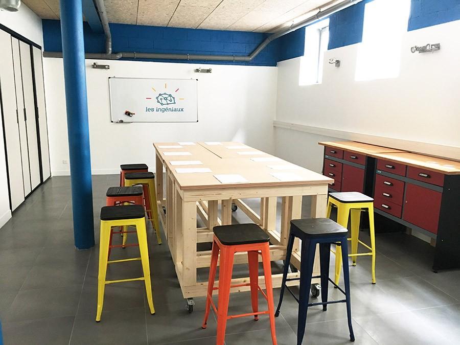 La salle Alan avec une table centrale, en configuration Réunion