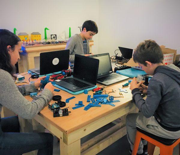En équipe, on assemble les robots.