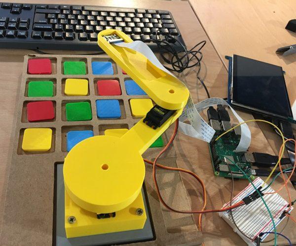 Un bras robotique qui fait de la reconnaissance d'image