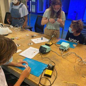 Travail de groupe pour apprendre les bases de l'électronique